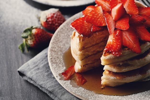 과일과 꿀이 들어간 맛있는 팬케이크