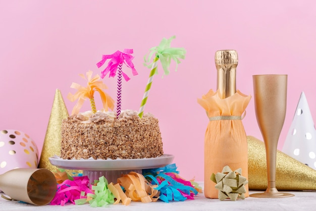 Вкусный праздничный торт и шампанское