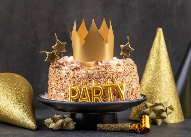 왕관과 함께 맛있는 파티 케이크