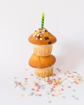 Muffin deliziosi del partito con la candela