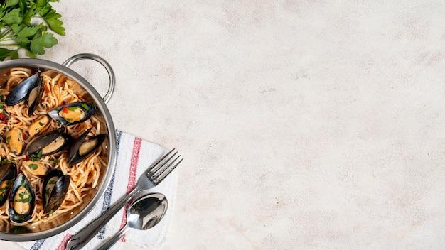 Вкусная паста и мидии с копией пространства