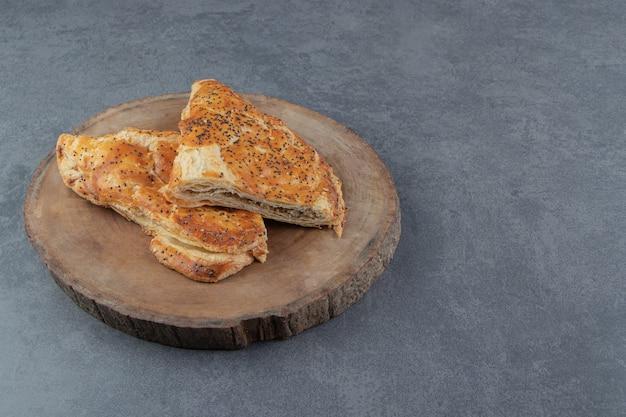 木片に肉がたっぷり入った美味しいペストリー。