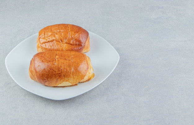 하얀 접시에 소시지와 함께 맛있는 파이.