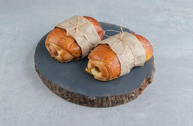 나무 조각에 소시지와 함께 맛있는 파이.