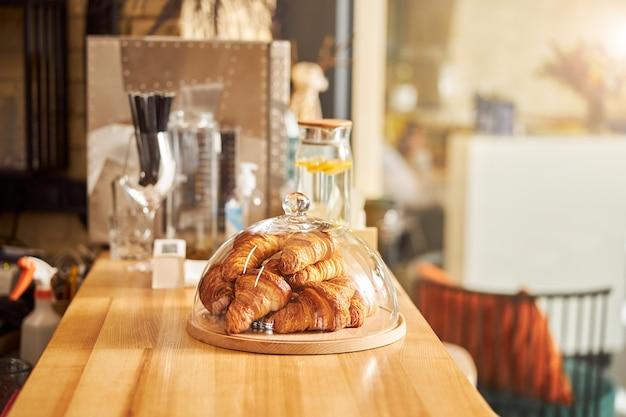 사람없는 사랑스러운 커피 하우스에서 맛있는 패스트리