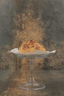 Deliziosa pasticceria sulla superficie in marmo.