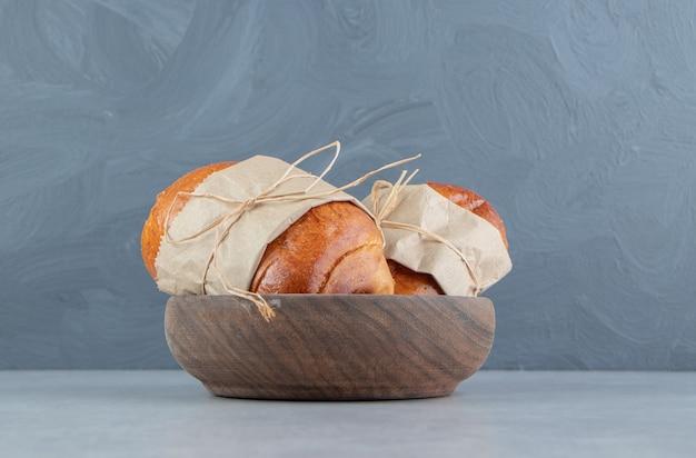 木製のボウルにおいしいペストリーソーセージ。