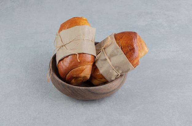 나무 그릇에 맛있는 패스트리 소시지.