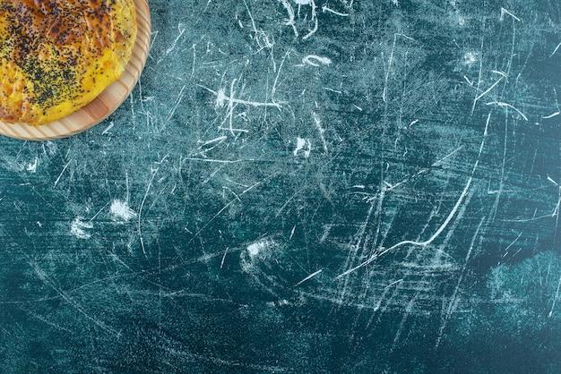 Вкусное тесто с маком на деревянной тарелке. фото высокого качества
