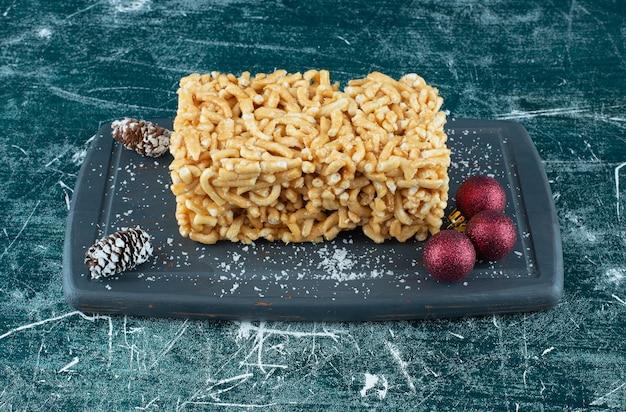 砂糖粉と松ぼっくりのおいしいペストリー。高品質の写真