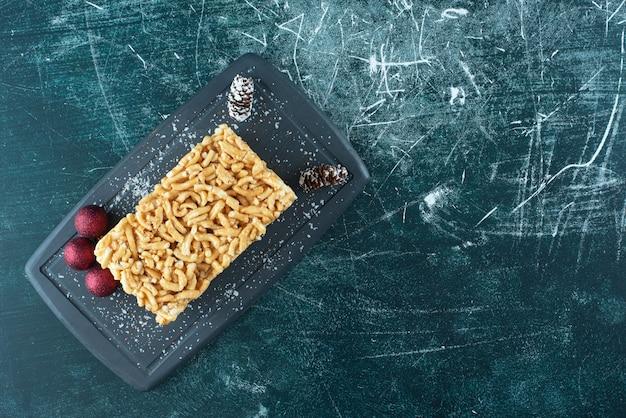 슈가파우더와 솔방울을 넣은 맛있는 페이스트리. 고품질 사진