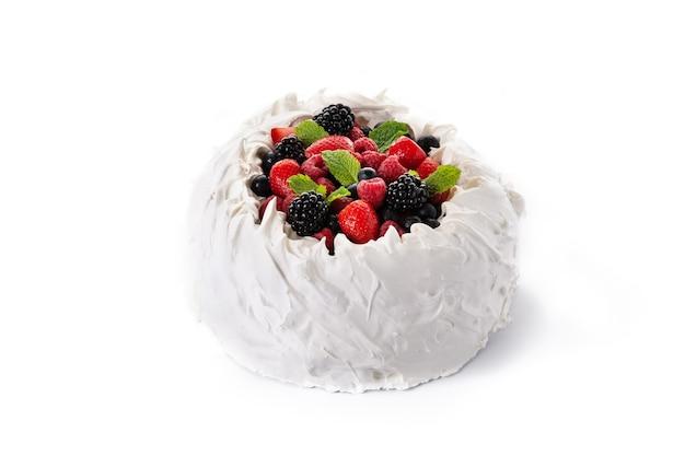 メレンゲをトッピングしたおいしいパブロバケーキと白い背景で隔離の新鮮なベリー