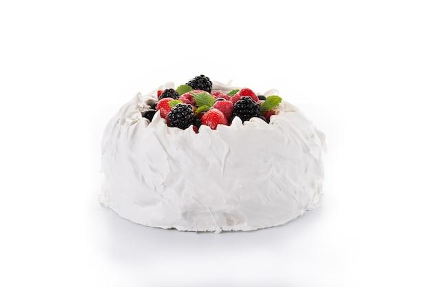 머랭을 얹은 맛있는 파블로바 케이크와 흰색 배경에 분리된 신선한 딸기