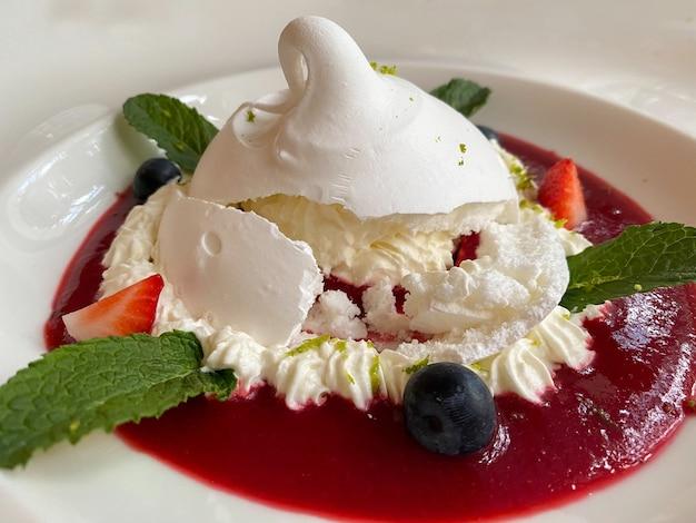 하얀 접시 클로즈업에 맛있는 파블로바 디저트