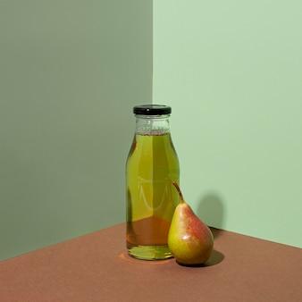 Deliziosa bottiglia di succo di pera
