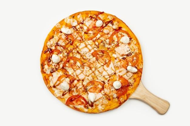 木の皿に盛り付けられたおいしいフィラデルフィアピザ、食材
