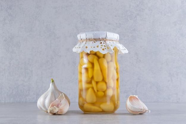 きゅうりのピクルスに胡椒とにんにくを添えて。