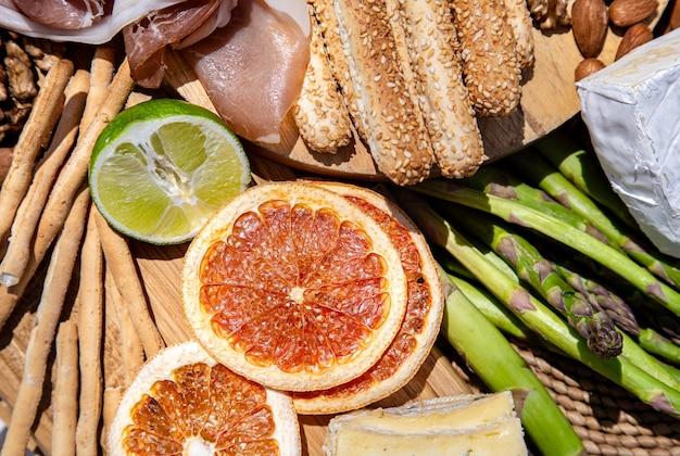 Delizioso cibo da picnic. una varietà di snack per attività ricreative all'aperto da vicino.