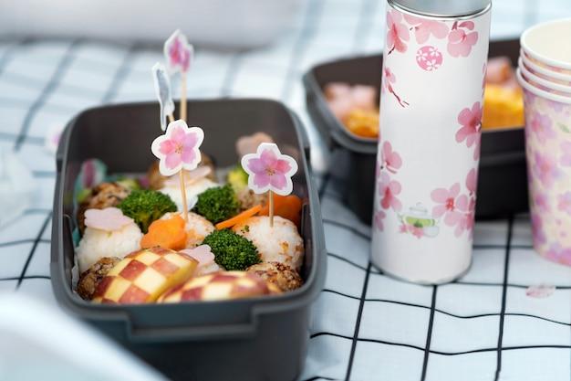 Вкусный пикник с цветами вишневого дерева