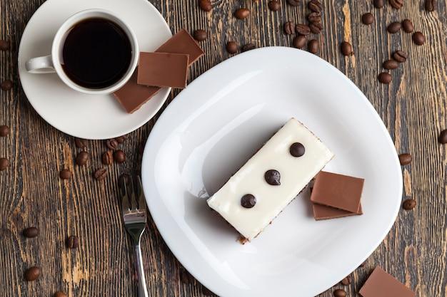 お茶の間にそれぞれの色と味がするおいしいケーキ、チョコレートケーキの味とブラックコーヒー、チョコレートとコーヒー、デザート用の多層ケーキ