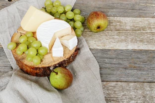 Вкусные кусочки сыра и фруктов