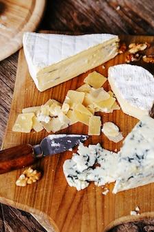 Вкусные кусочки сырной деревянной доски