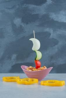 Delizioso piatto rosa con maccheroni su sfondo scuro. foto di alta qualità