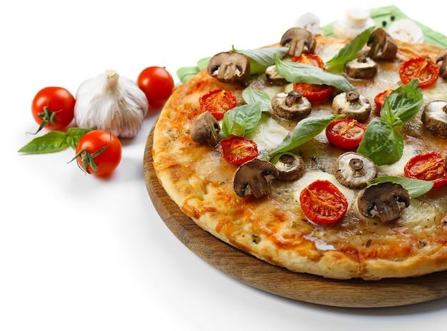Вкусная пицца и свежие овощи на белой поверхности, крупным планом