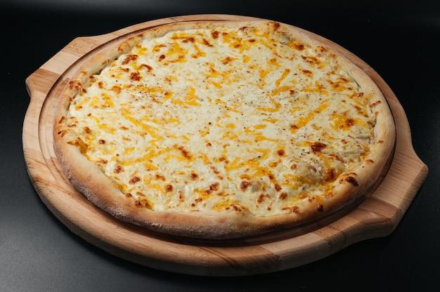 Вкусная пицца four cheeses с сыром чеддер, пармезаном, моцареллой и томатным соусом