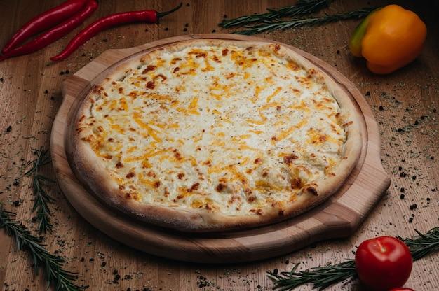 おいしいピザチェダーパルメザンモッツァレラチーズとトマトソースのフォーチーズ