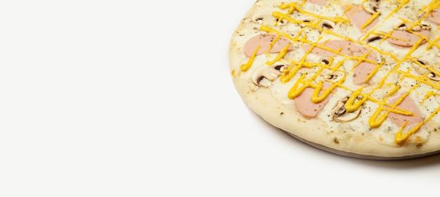 おいしいピザハムキノコを木の板に盛り付け、具材
