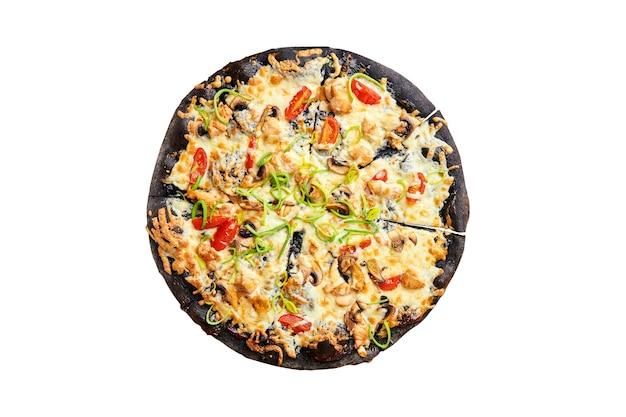 孤立した黒い無愛想な上のおいしいピザ。上面図