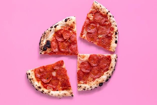 ピンクの背景においしいピザ