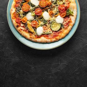 Вкусная пицца на тарелке