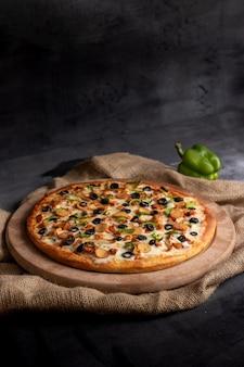 Вкусная пицца на столе