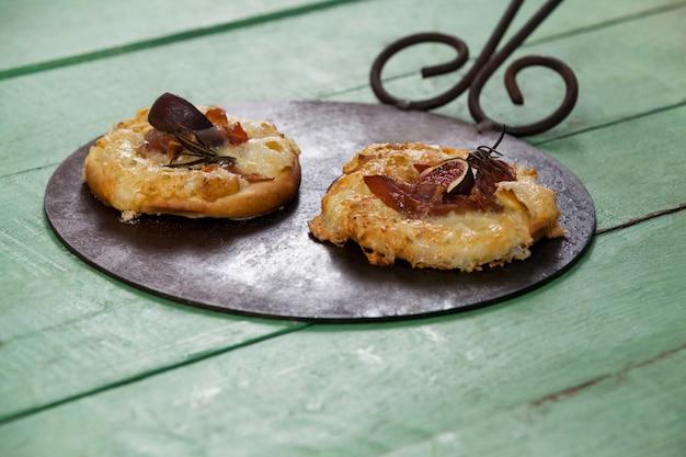 Вкусная пицца подается на подносе пиццы на деревянной доске