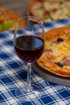 赤ワインのグラスでおいしいピザ
