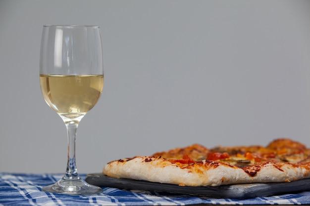 ワインのグラスでおいしいピザ
