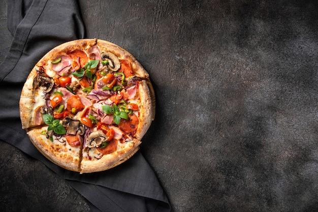 블랙에 베이컨 모짜렐라 체리 토마토와 버섯 맛있는 피자