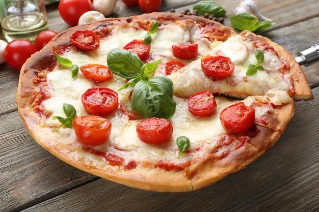 나무 테이블, 근접 촬영에 치즈와 체리 토마토와 함께 맛있는 피자