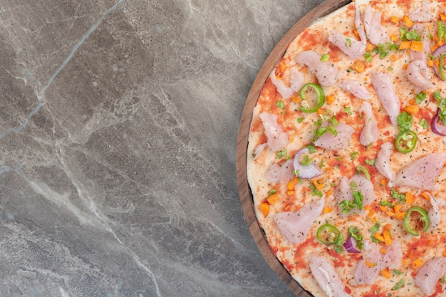 Вкусная пицца с куриным мясом на деревянной доске