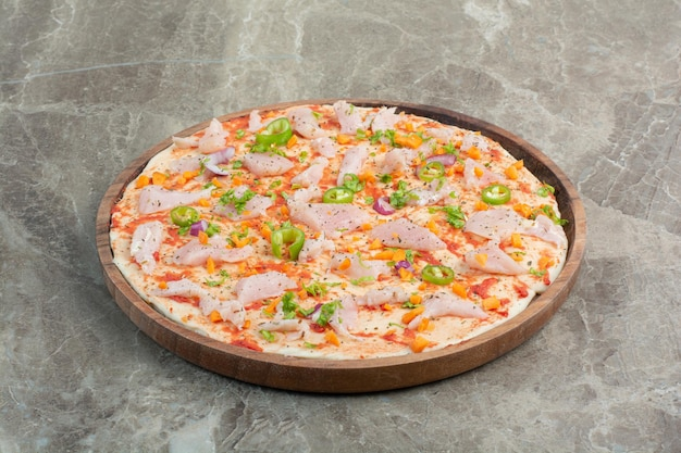 Deliziosa pizza con carne di pollo su tavola di legno. foto di alta qualità