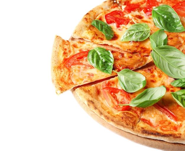 Вкусная пицца с зеленым свежим органическим базиликом, изолированным на белом