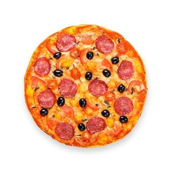 サラミ、マッシュルーム、オリーブのおいしいピザ