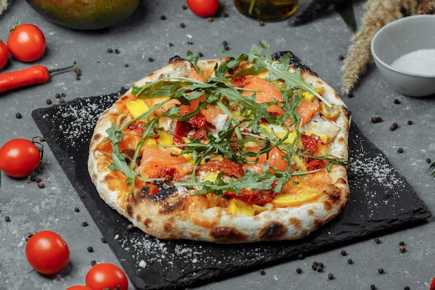 サーモンと野菜の美味しいピザ。イタリアンピザ。