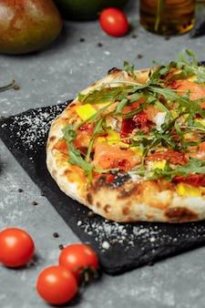 Вкусная пицца с лососем и овощами. итальянская пицца.