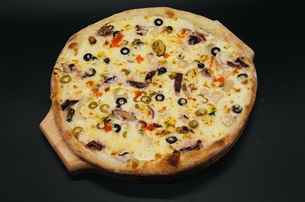 Вкусная пицца с морепродуктами и оливками