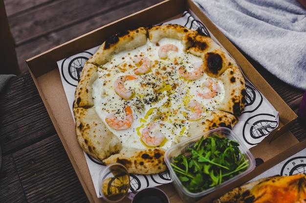 상자에 새우를 넣은 맛있는 피자, 음식 및 피자 배달