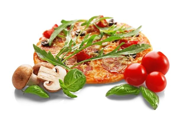 야채와 허브 흰색 절연 맛있는 피자