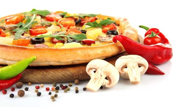 흰색 절연 야채와 함께 맛있는 피자